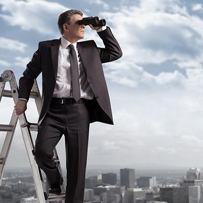 Mann mit Fernglas auf einer Leiter. Im Hintergrund eine Großstadt Skyline