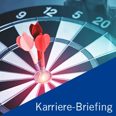 """Beitragsbild Karriere-Briefing mit Zielscheibe in blau gehalten und am unteren rechten Rand ein Dreieck mit der Aufschrift """"Karriere-Briefing"""""""