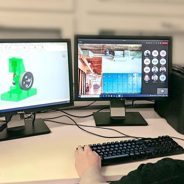 Dozent vor zwei Bildschirmen mit der Online-Klasse und dem CAD-Programm