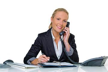 Frau im telefonischen Kundengespräch